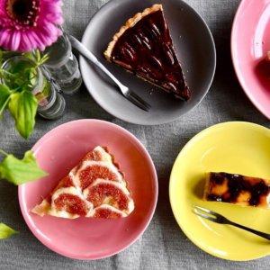 一重梅色と黄蘗色と柴色の波佐見焼のケーキ皿