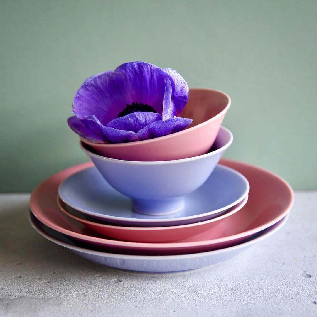 一重梅色と紅掛空色の波佐見焼の食器とアネモネの花