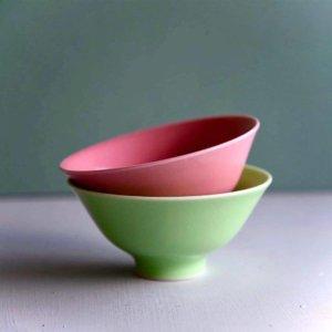 一重梅色と裏柳色の波佐見焼の夫婦茶碗