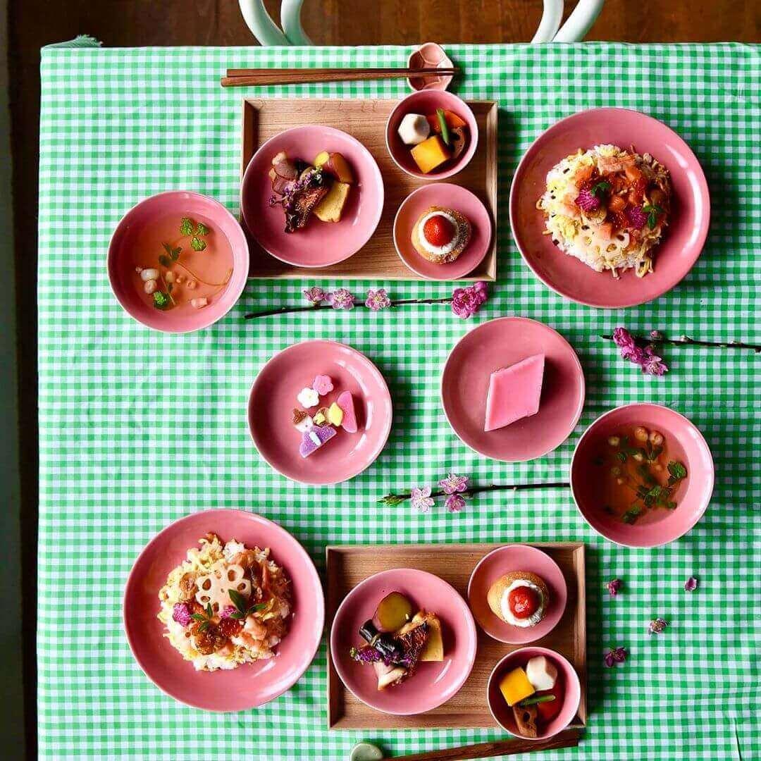 一重梅色の波佐見焼の雛祭りのテーブルコーディネート